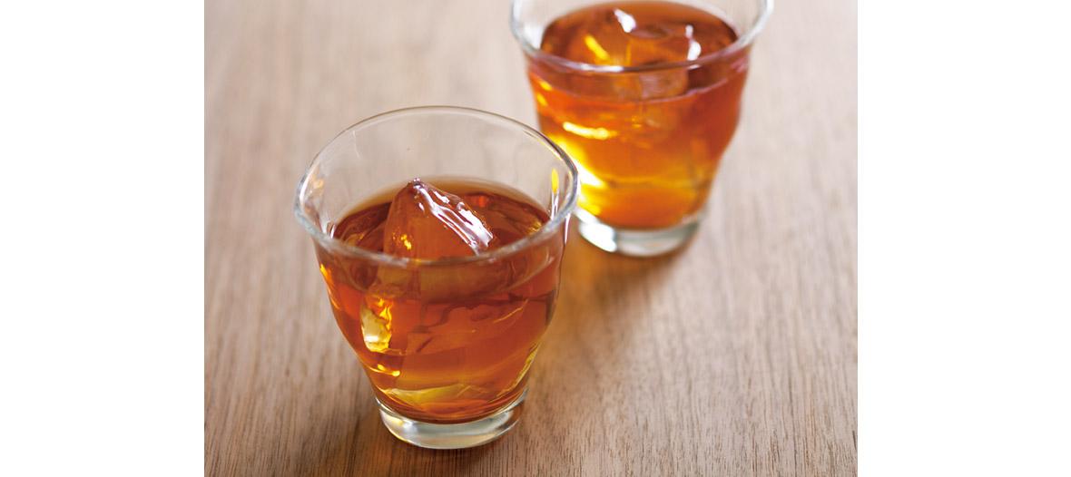 褐色のお茶の色に思わず喉が鳴る一杯。