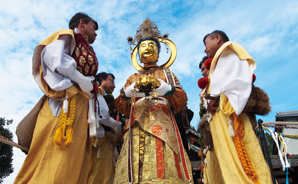 神々しい菩薩様が現世に降臨!? こちらは、即成院で行なわれる 「二十五菩薩お練り供養」の一幕