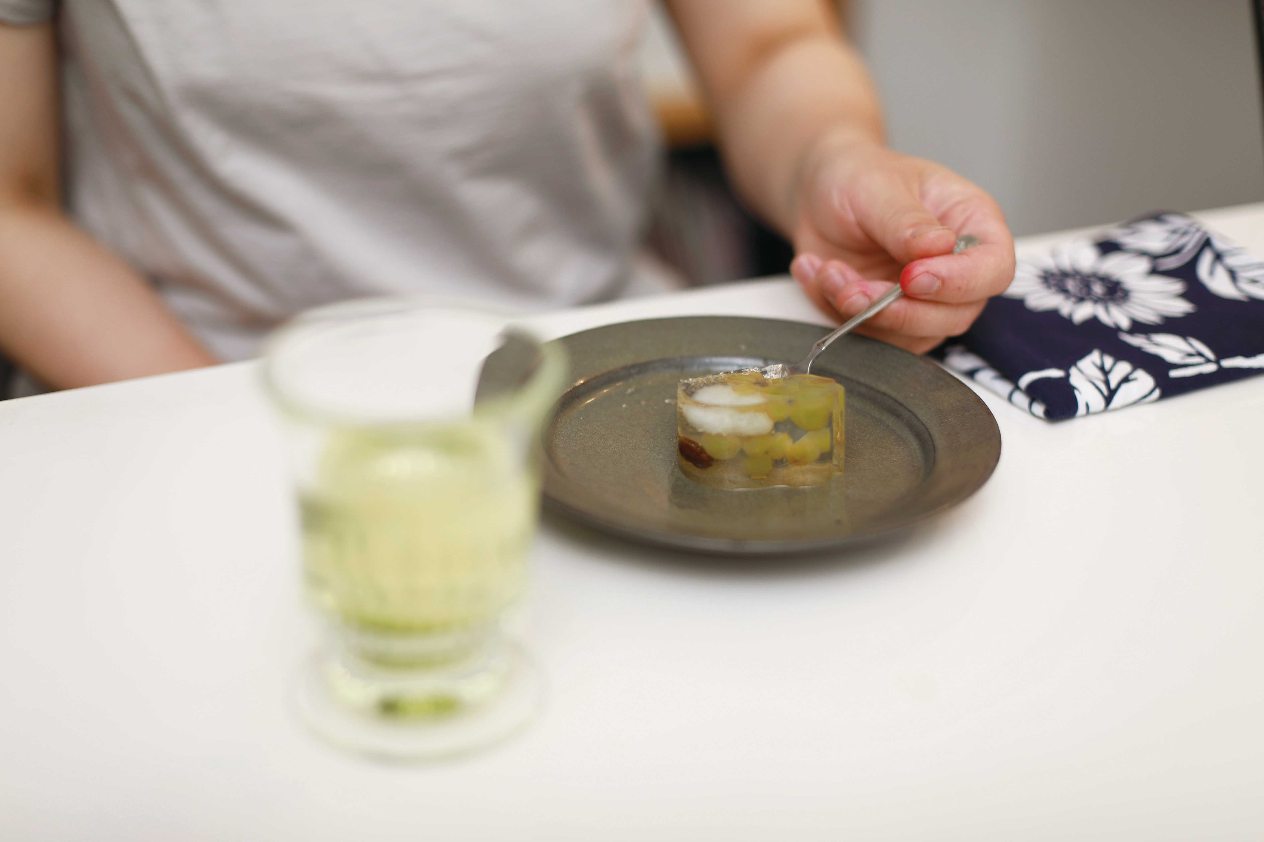 お菓子を食べる名主川さんの写真