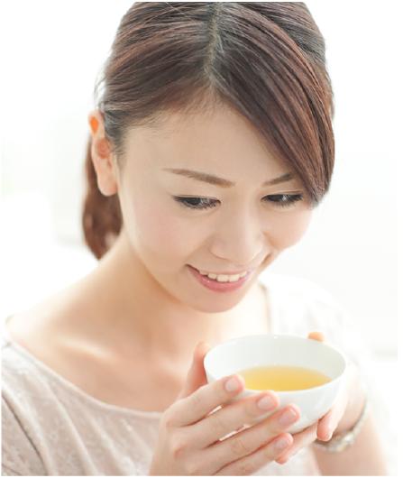 しょうが緑茶を飲む女性