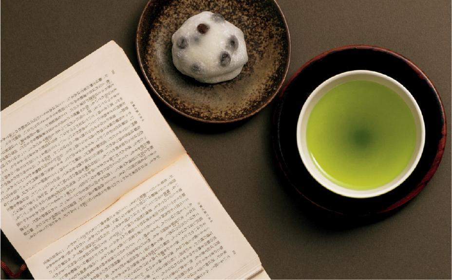 茶菓子と本の写真