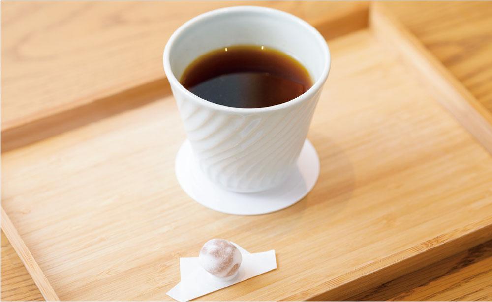 (上)一杯ずつハンドドリップで淹れる煎茶コーヒー。茶葉と豆によって違う湯の温度や抽出スピードは、試行錯誤を重ねた努力の賜物。(下)見た目はコーヒーだが、口に含むとあっさりしていて、お茶の味わいがしっかりと感じられる口あたり。