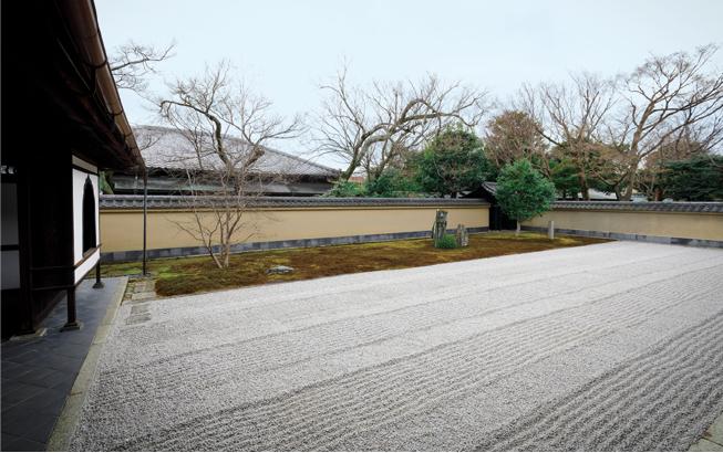 琵琶湖のさざなみを感じさせる枯山水庭園「破頭庭」。