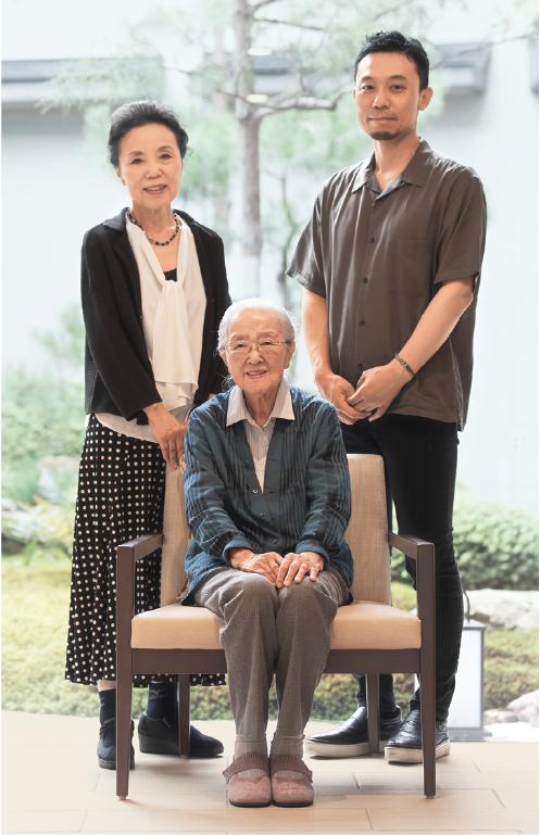 志村ふくみさん(中央)、洋子さん(左)、昌司さん(右)。2018年9月撮影(『夢もまた青し』河出書房新社より)撮影:八木ジン