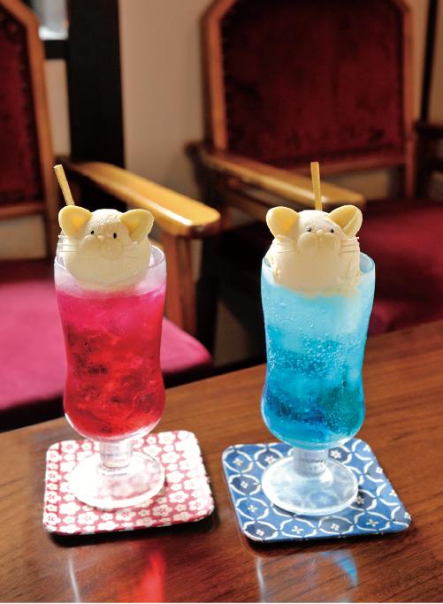 かわいい猫型アイスを上にのせた名物のにゃんこクリームソーダ1,280円。