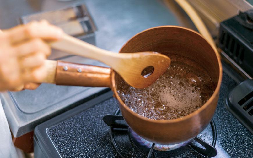 「素材本来の味を楽しんでほしい」と話す石井さん。瑠璃菓の琥珀糖は一般的な琥珀糖の半分の量の砂糖しか使っておらず、甘さが控え目で素材の味を引き立たせている。